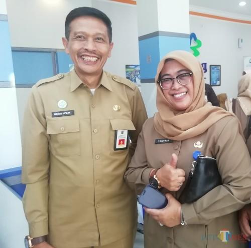 Kepala DPKPCK Kabupaten Malang Wahyu Hidayat (kiri) memberi apresiasi atas antusiasme peserta Sanitation Awards. (Nana)