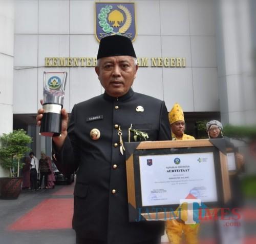 Bupati Malang Sanusi setelah menerima penghargaan Swasti Saba Wiwerda sebagai Kabupaten Sehat (Humas for MalangTimes)
