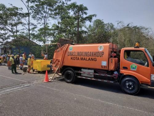 Pasukan kebersihan DLH Kota Malang saat melakukan pembersihan di wilayah Gadang. (Hendra Saputra)