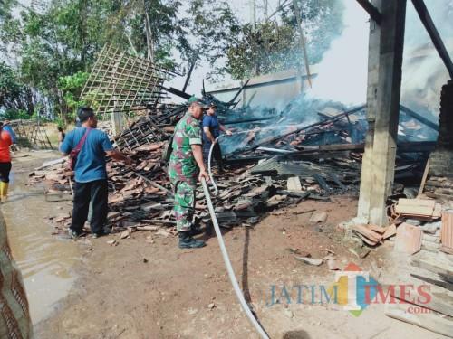 Pemadaman dilakukan tim damkar bersama masyarakat sekitar / Foto : Istimewa / Tulungagung TIMES