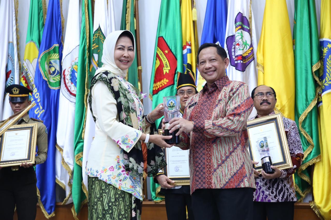 Wali Kota Batu Dewanti Rumpoko M.Si raih anugerah Swasti Saba Wiwerda di ruang Sasana Bhakti Praja Kemendagri di Jakarta, Selasa (19/11/2010). (Foto: istimewa)