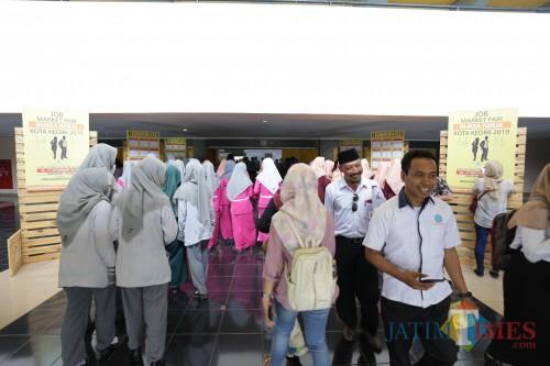 Suasana bursa kerja yang digelar Pemkot Kediri. (Foto: Bambang Setioko/JatimTIMES)