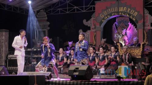 Resepsi Hari Jadi Jatim ke 74, Guyon Maton Cak Percil Hipnotis Ribuan Orang di Blitar
