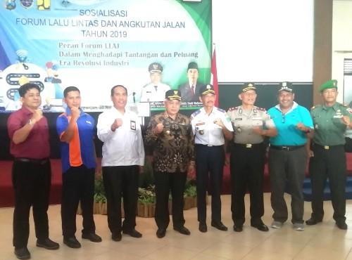 Kepala Dishub Kabupaten Malang Hafi Lutfi (empat dari kanan) bersama Bupati Malang Sanusi dan muspika saat pembukaan acara FLLAJ kali kedua. (Nana)
