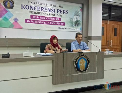 Prof Dr Ir Yayuk Yuliati MS, Profesor dalam bidang Ilmu Sosiologi Pertanian (kiri). (Foto: Imarotul Izzah/MalangTIMES)