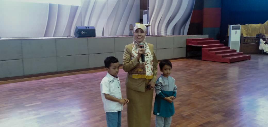 Kepala Dinas Pendidikan Kota Malang, Dra Zubaidah MM saat berinteraksi dengan siswa TK dalam Seminar Nasional IGTKI Kota Malang. (Foto: Imarorul Izzah/MalangTIMES)