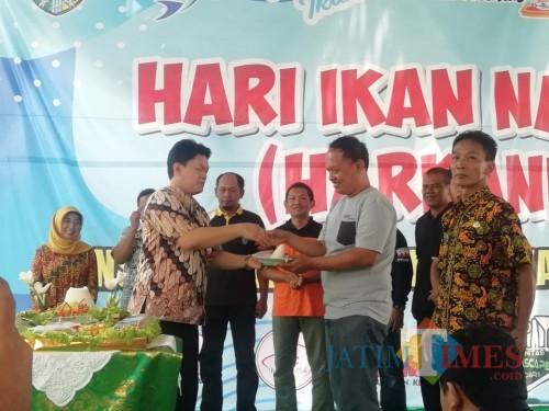 Sekda Kabupaten Kediri Dede Sujana saat membuka acara kenduri ikan. (eko Arif s /JatimTimes)