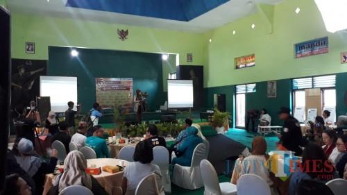 Bupati Jember saat memperkenalkan Desbumi kepada nara sumber Festival HAM dari mancanegara dan berbagai daerah di Indonesia (foto: Ayunkz / JatimTIMES)