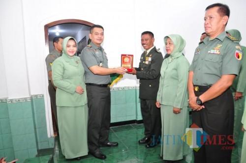 Dandim 0808/Blitar, Letkol Inf Kris Bianto memimpin upacara MPP dan pindah satuan
