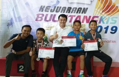 Dari kiri: pelatih kepala Nikko Steel Rizky Alan, Kenzie, Ketua PBSI Jawa Timur Oei Wijanarko Adi Mulya, Ibrahimovic dan Radit (istimewa)