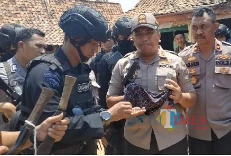 Kepolisian amankan senjata tajam dan pistol Pilkades Desa Bira Barat
