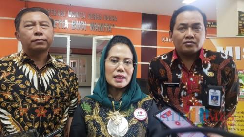 Ketua Koperasi SBW Malang Sri Untari(tengah) (Arifina Cahyanti Firdausi/MalangTIMES)
