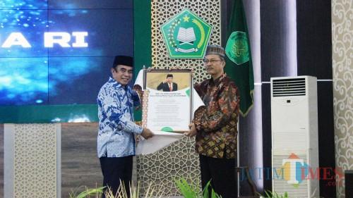 Menag Fachrul Razi menerima puisi gubahan Rektor UIN Malang Prof Haris. (Foto: Igoy/MalangTIMES)