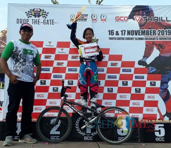 Rahma Alya Putri Nugroho saat berfoto di atas podium Kejuaraan Nasional (Kejurnas) GCC BMX Championship.