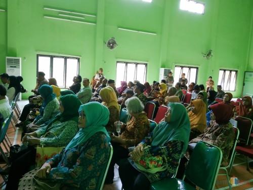 Para lansia saat menghadiri lomba Karang Werda (Hendra Saputra)