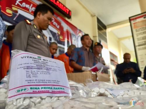 Barang bukti pil double L saat dirilis di Polres Batu, Jumat (5/4/2019). (Foto: Irsya Richa/MalangTIMES)