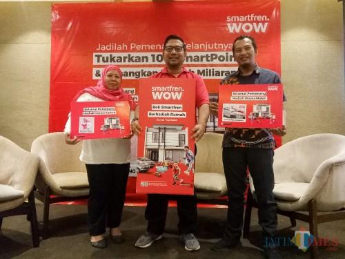 (kiri ke kanan) Pemenang hadiah rumah Miftachul Janah, Region Head South East Java Smartfren Muhammad Cahyadi, dan Pemenang hadiah mobil Irfan. (Foto: Imarotul Izzah/MalangTIMES)