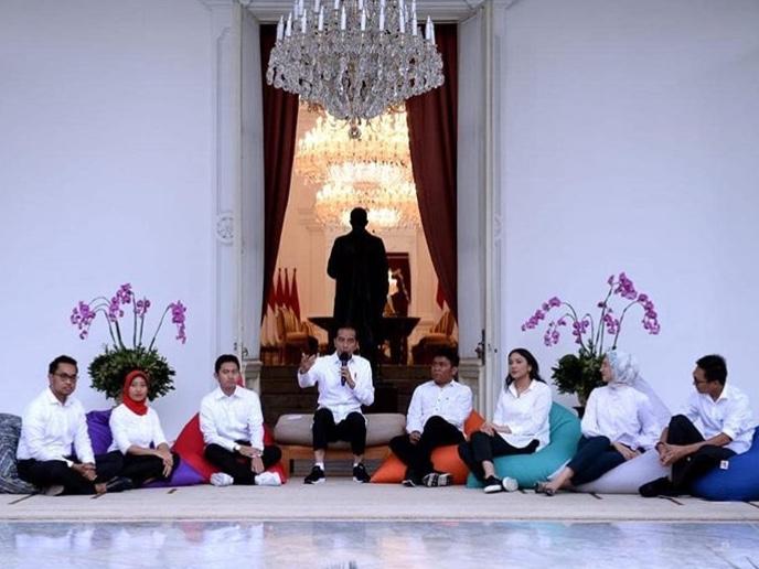 Jokowi saat mengenalkan 7 staf khusus