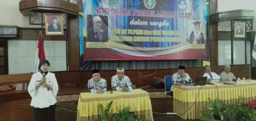 Kepala Dinas Pendidikan Kota Malang, Dra Zubaidah MM saat memberi paparan dalam Simposium Pembelajaran Abad 21 Pengda PGRI Kota Malang. (Foto: Humas)