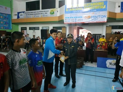 Noval Hafiz saat bersalaman dengan Wali Kota Malang  Sutiaji. (Hendra Saputra)