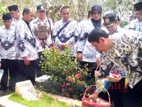 PGRI Kabupaten Malang ziarahi pusara tokoh pendidikan di HUT PGRI ke-74 tahun 2019 (Ist)