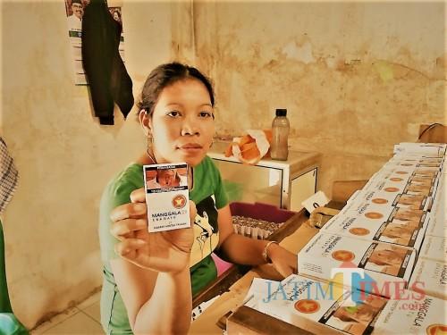 Pelinting sigaret kretek menunjukkan produk Rokok Manggala yang diproduksi satu-satunya pabrik rokok di Selopuro. (Foto : Aunur Rofiq/BlitarTIMES)