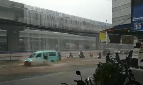 Air jatuh yang melintang di tol Becakayu, Bekasi. (Foto: istimewa)