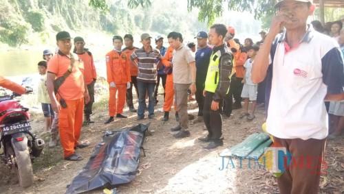 Petugas mengevakuasi jenazah korban Amarudin