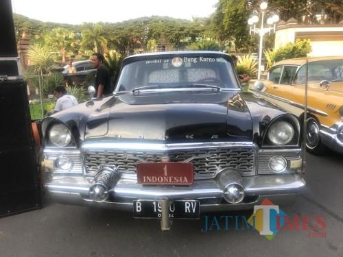 Salah satu mobil kuno yang terparkir di halaman Balaikota Malang (Arifina Cahyanti Firdausi/ MalangTIMES)