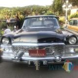 Ratusan Mobil Kuno Touring Keliling Malang, Wawali Kota Malang Jajal Mobil Bung Karno