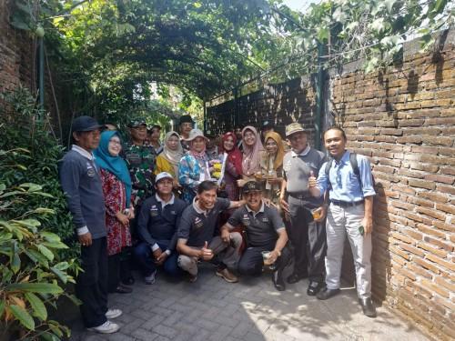 Tim DLH Kota Malang saat mengunjungi kampung di wilayah Tlogomas (Hendra Saputra)