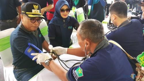 Wakil Wali Kota Malang Sofyan Edi Jarwoko didampingi istri Elly Estiningtyas Edi Jarwoko saat melakukan pemeriksaan kesehatan dalam acara Kampanye Gerakan Masyarakat Hidup Sehat Terintegrasi Perilaku Hidup Bersih dan Sehat (Pipit/MalangTIMES).