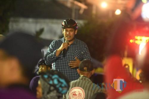 Wali Kota Kediri Abdullah Abu Bakar gowes bersama ratusan penggiat sepeda. (eko Arif s /JatimTimes)