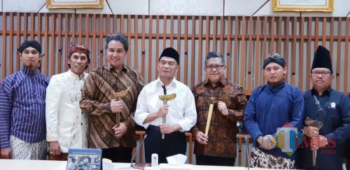 Imam Mubarok (paling kanan) Wakil Ketua Bidang Litbang Serikat Nasional Pelestari Tosan Aji Nusantara. (eko Arif s /JatimTimes)