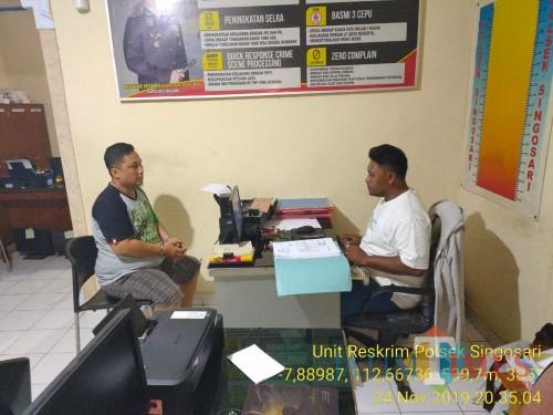 Tersangka Denny Crisnanca (kiri) saat dimintai keterangan oleh polisi (Foto : Polsek Singosari for MalangTIMES)