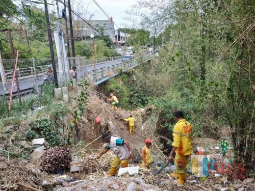 Petugas kebersihan DLH Kota Malang saat melakukan pembersihan di Jembatan Tidar (Hendra Saputra)