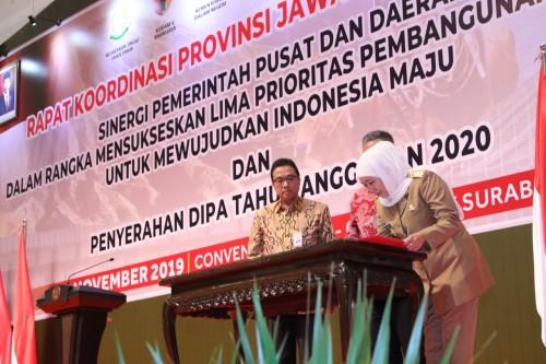 penandatanganan komitmen bersama antara Gubernur Jatim, Kepala OJK Regional IV Jatim dan Plt. Pgs. Direktur Utama Bank Jatim