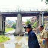Pantau Pengerjaan Rekonstruksi, Sutiaji Turun ke Area Bawah Jembatan Muharto