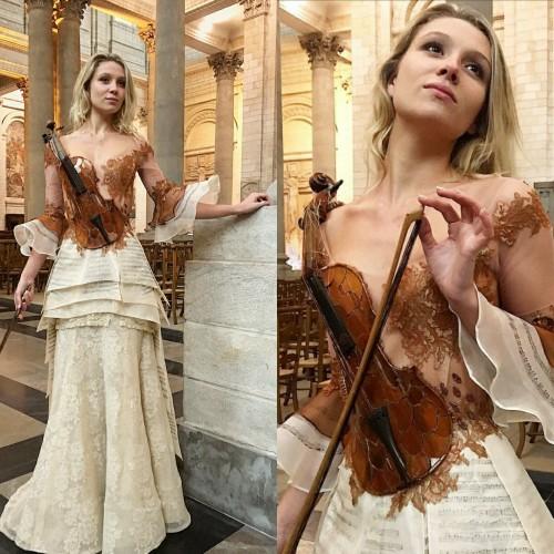 Gaun dengan hiasan biola karya Sylvie Facon (Foto: Isntagram @sylviefaconcreaticfrance)