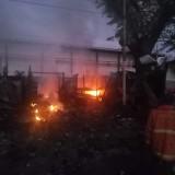 Api Membakar Kios di Jalan Kolonel Sugiono, Sejam Berkobar Belum Bisa Dipadamkan