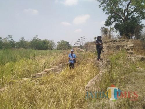 Tim BPCB Jatim saat cek lokasi bangunan purbakala yang dicurigai sebagai reruntuhan keraton Majapahit
