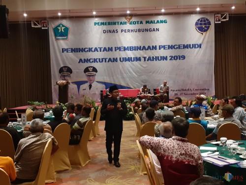 Wali Kota Malang Sutiaji saat menjadi pembicara dalam acara Peningkatan Pembinaan Pengemudi Angkutan Umum tahun 2019, Selasa (26/11). (Arifina Cahyanti Firdausi/MalangTIMES)