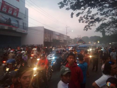 Nampak kendaran-kendaraan di Jalan Kolonel Sugiono yang mengular dan harus berjalan merayap (Anggara Sudiongko/MalangTIMES)