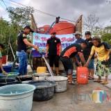 Kemarau Panjang, Karang Taruna Sumberjati Bagikan Air Bersih