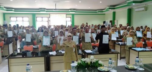 Kepala Dinas Pendidikan Kota Malang, Dra Zubaidah MM bersama kepala sekolah yang menandatangani pakta integritas. (Foto: Humas)