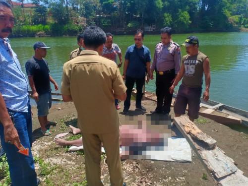 Polisi mengevakuasi jasad korban Saikul Said.