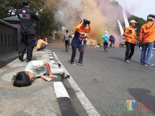 Salah satu korban yang tergelatak di pinggir area Balaikota Malang saat terjadi gempa (Arifina Cahyanti Firdausi/MalangTIMES)