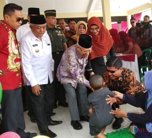 Wakil Presiden Ma'ruf Amin saat bersalaman dengan salah satu balita dalam kunjungannya ke Desa Tangkilsari Kecamatan Tajinan Kabupaten Malang (Pipit Anggraeni/ MalangTIMES).