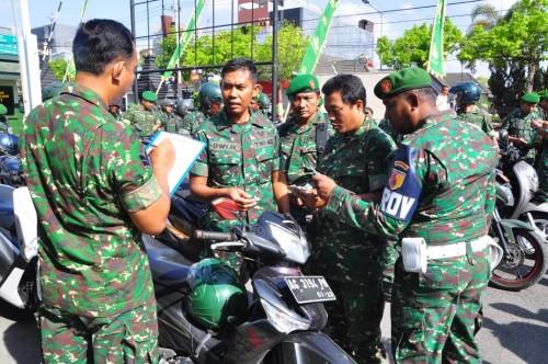 Anggota Kodim 0808/Blitar diperiksa surat-surat kendaraannya.
