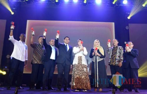 Wali Kota Kediri Abdullah Abu Bakar (tengah) saat usai memberikan penghargaan. (Eko Arif S / JatimTIMES)